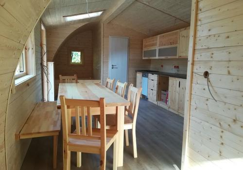 Der Wohnraum im Tiny Haus ist großzügig und Licht durchflutet