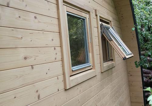 Fenster lassen sich nach außen öffnen. Das spart Platz im Innenraum.