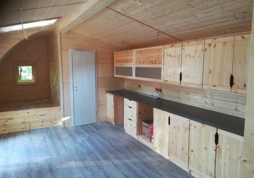 Das Küchen- und Wohnraummöbel im Tiny Haus kann individuell hergestellt werden