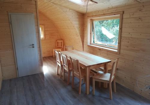 Esstisch für bis zu 8 Personen und Chill-Out Ecke im Tiny Haus