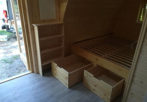 Ein großzügiges Doppelbett mit 180 x 200cm Liegefläche und Bettkästen für Extra - Stauraum